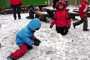 Immer an der frischen Luft – auch bei Schnee – sind die Kinder im Waldkindergarten Ebstorf